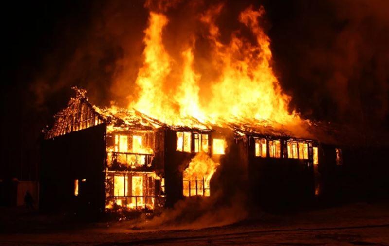 Спасатель скончался в результате пожара в Аксу
