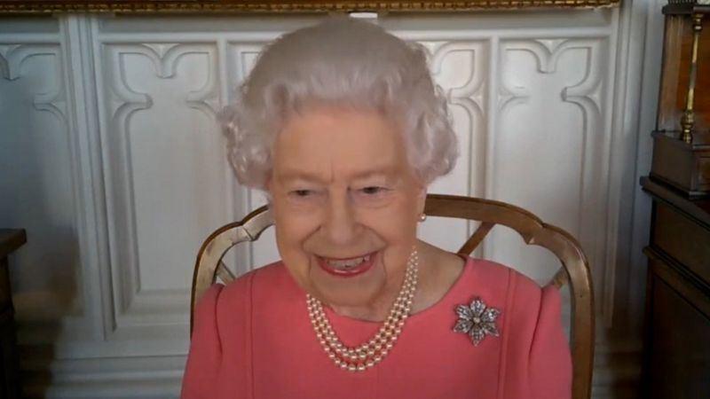 Елизавета II рассказала, что перенесла прививку от COVID безболезненно
