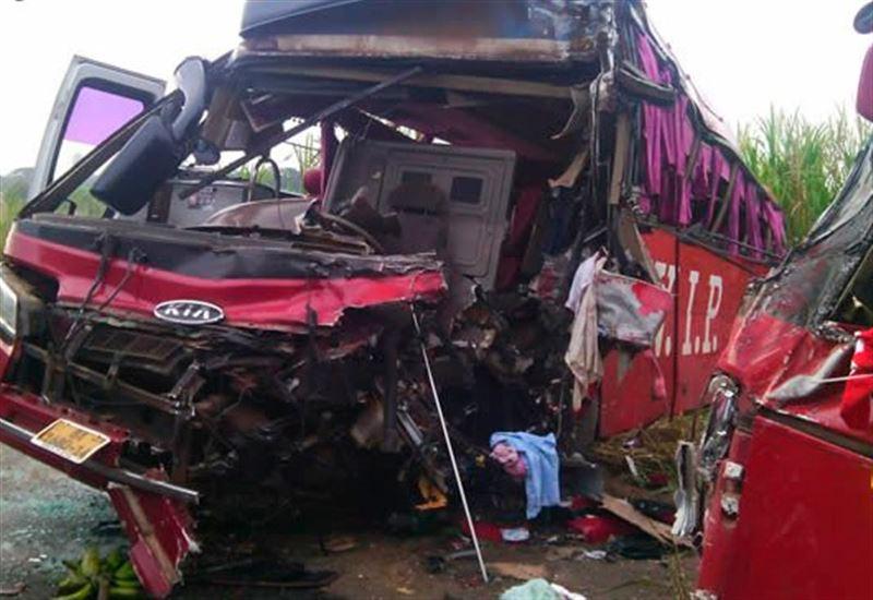 Eкі автобус соқтығысып, 16 адам қаза тапты