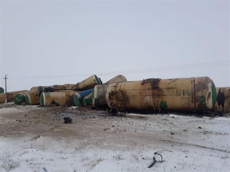 Сошедшие с рельсов грузовые цистерны повредили железную дорогу