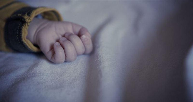 В Петропавловске умерла трехлетняя девочка, которую избила мать