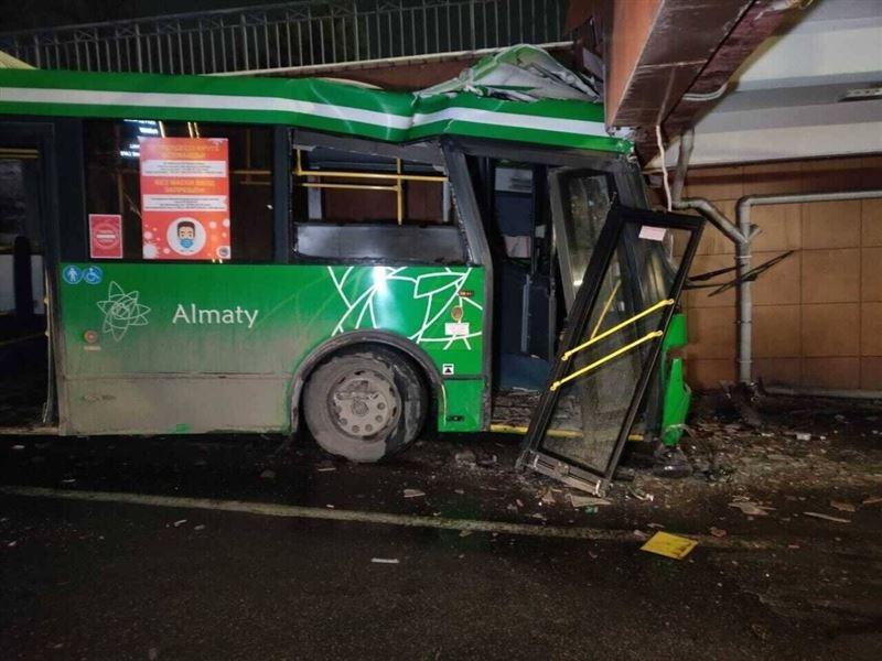 Алматыда автобус сауда орталығына соғылды: бес адам зардап шекті