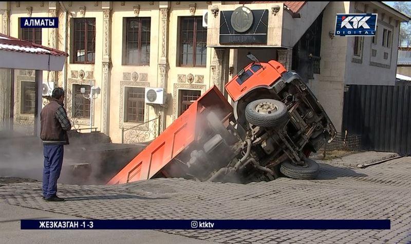 В Алматы груженый «КамАЗ» провалился сквозь землю