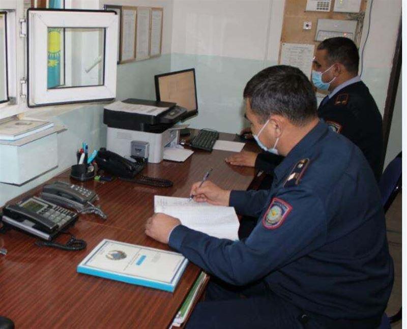 Полицейские Туркестанской области задержали мужчину, силой отобравшего телефон у подростка