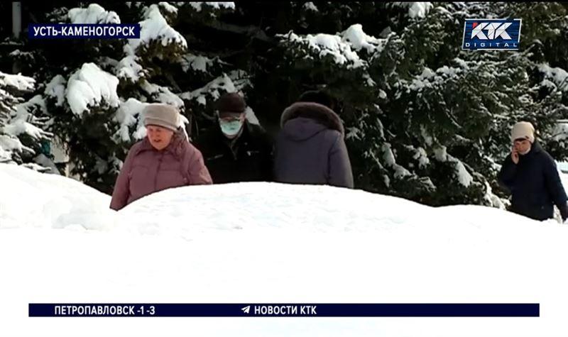 Сугробы выше человеческого роста: Усть-Каменогорск завалило снегом