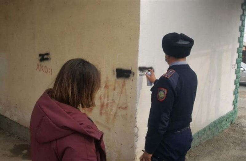 40 наркограффити уничтожили полицейские и волонтеры Туркестана