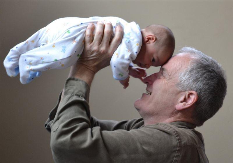 Ученые рассказали о рисках для здоровья ребенка, рожденного от пожилого отца