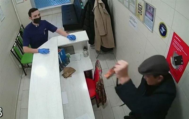 Ақтауда белгісіз ер адамның тіс емханасын тонауы видеоға түсіп қалған