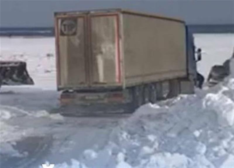 В Восточном Казахстане грузовой автомобиль слетел в кювет
