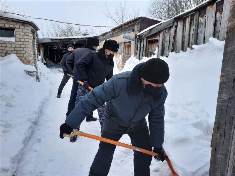 Полицейские СКО очистили от снега двор многодетной семьи
