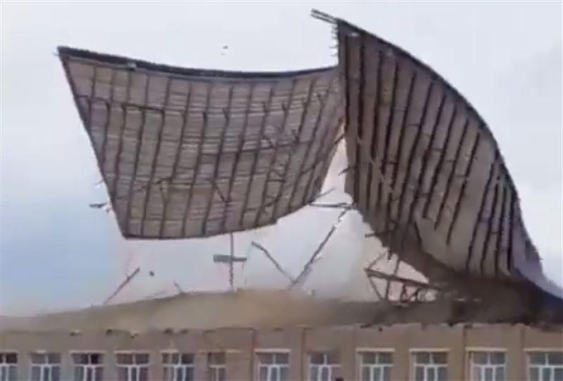 Крыша оказалась сорвана ветром в Атырауской области
