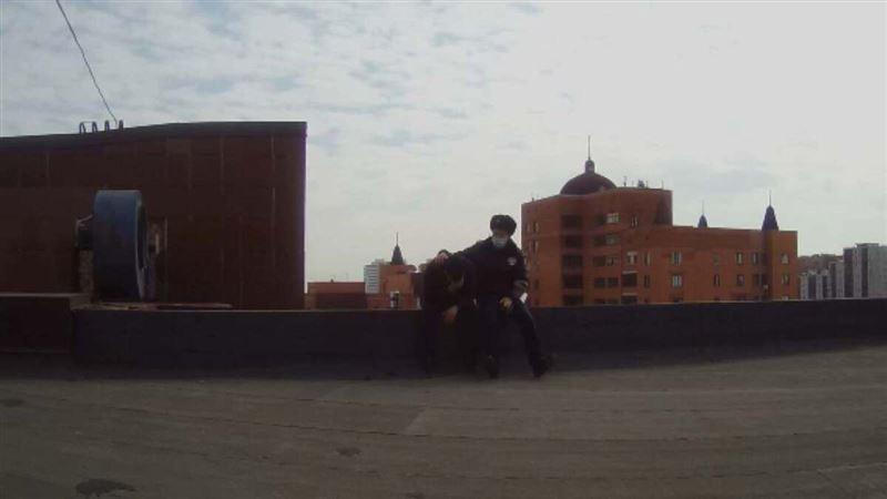 Мужчина пытался спрыгнуть с крыши многоэтажки в Нур-Султане