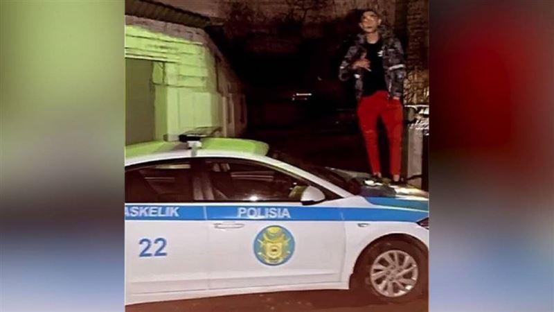 Оштрафован алматинец, сфотографировавшийся на полицейской машине