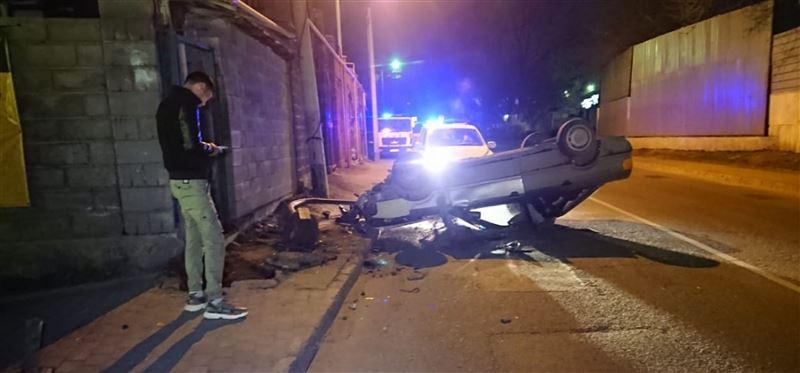 Машина перевернулась, врезавшись в забор, в Алматы