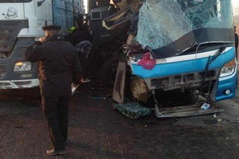 Аавтобус пен жүк көлігі соқтығысып, 20 адам қайтыс болды