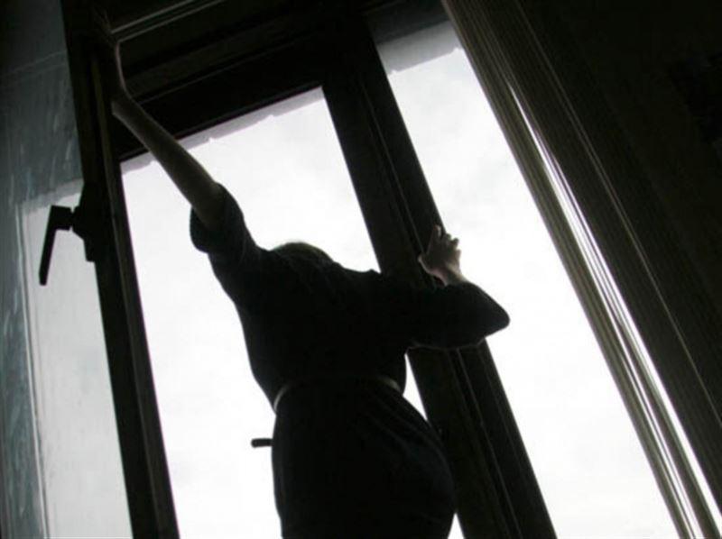 Нұр-Сұлтанда 22 жастағы қыз он бірінші қабаттан секіріп кетті