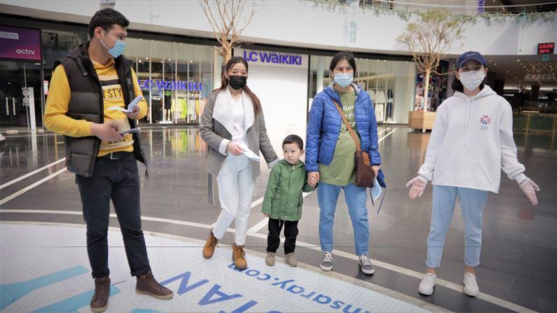 Волонтеры раздали буклеты с информацией о важности вакцинации жителям столицы
