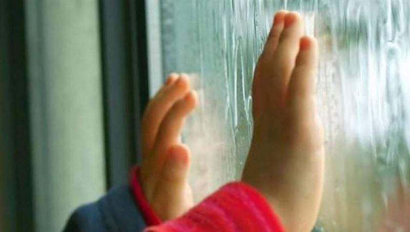 6-месячный ребёнок выпал из окна третьего этажа в одном из домов Костаная
