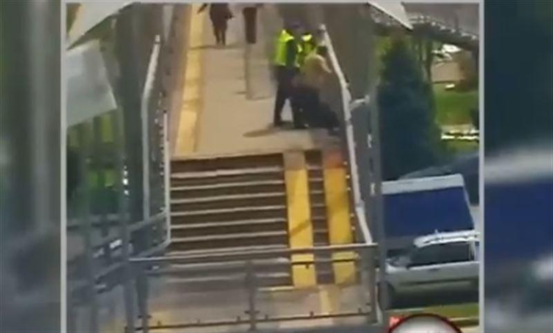 Женщине помешали спрыгнуть с моста в Алматы