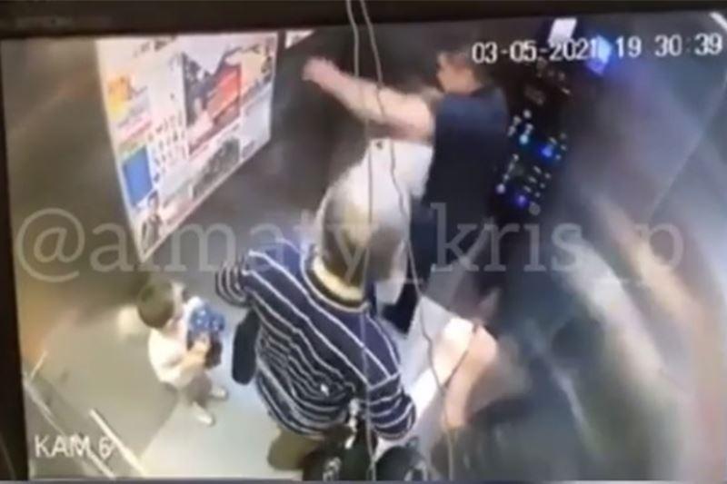 Алматыда лифтіні тепкілеген ер адамды іздестіріп жатыр