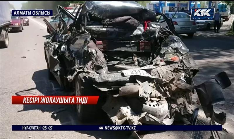 Алматы облысында жүк көлігі жеңіл көлікті жапырып өтті