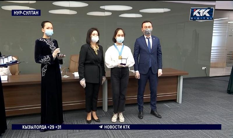 122 молодых казахстанца награждены медалями Елбасы