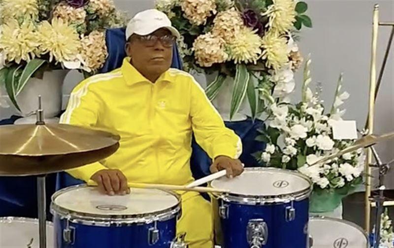 Мертвого музыканта усадили за барабаны на его похоронах