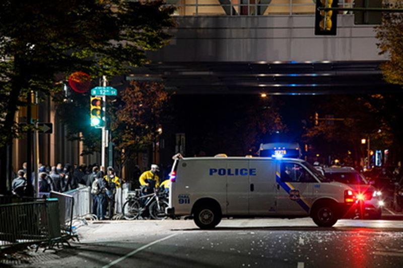 Грабители банка взяли в заложники пятерых в США