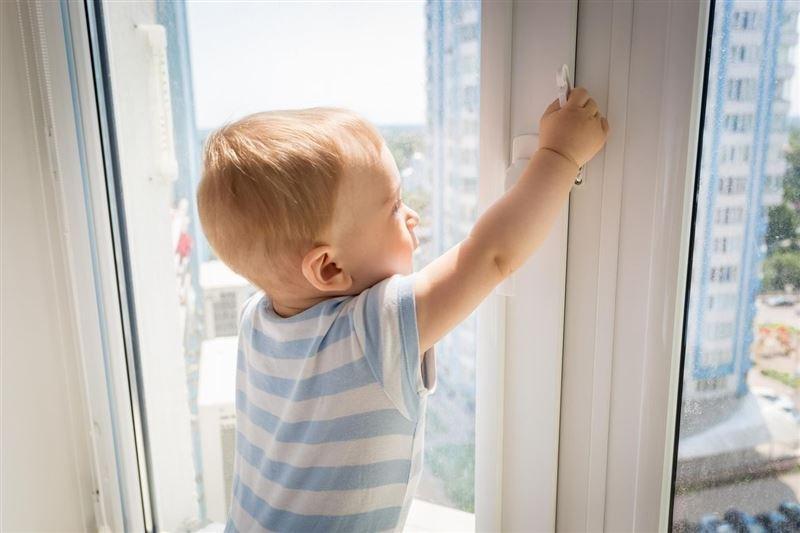 Пятилетний ребенок выпал из окна в Павлодаре