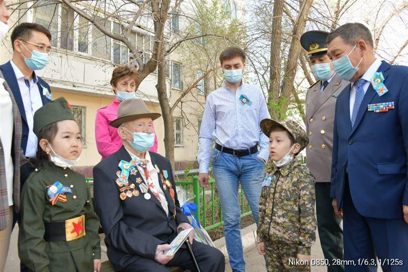 Ветеранов столичного района «Байконыр» поздравили с предстоящим Днем Победы