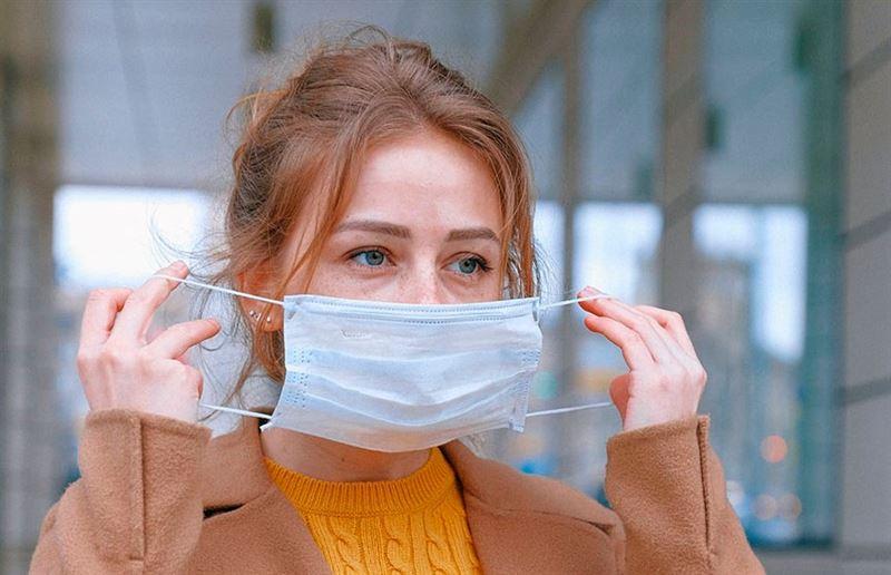 Вакцинированным американцам разрешат снять маски на улице
