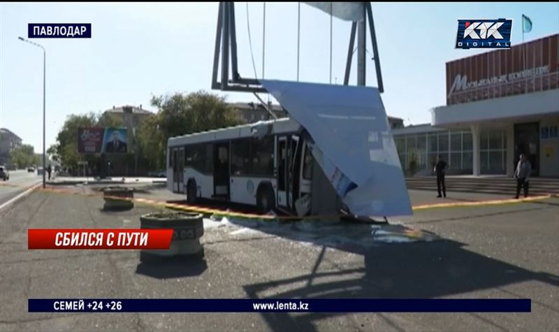 Неуправляемый автобус с пассажирами вылетел на тротуар в центре Павлодара