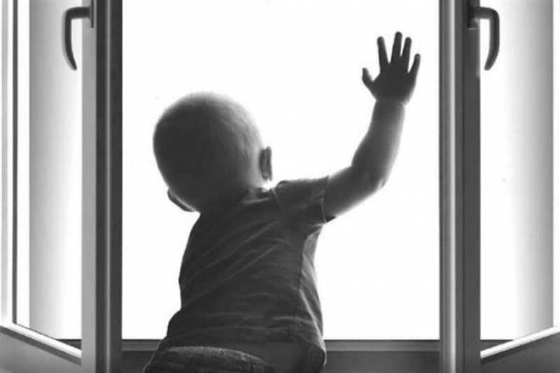 В Кокшетау полуторагодовалая малышка выпала из окна седьмого этажа