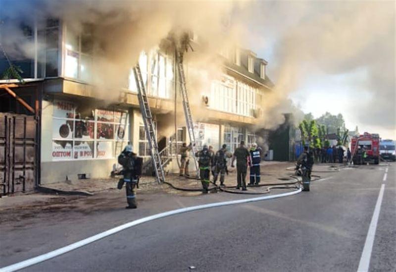 Семерых удалось спасти из горящего здания в Алматы