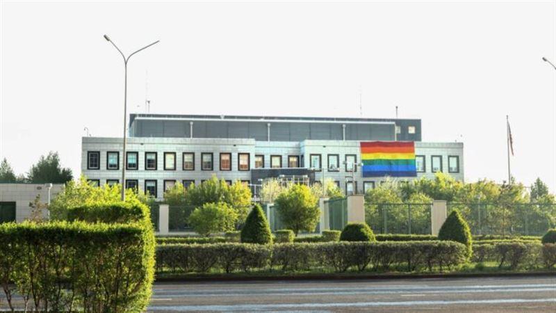 Астанчане активно обсуждают флаг ЛГБТ, появившийся на здании посольства США в Казахстане