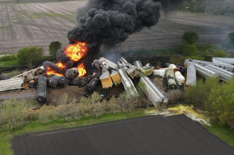 Поезд со взрывоопасными веществами сошел с рельсов в США