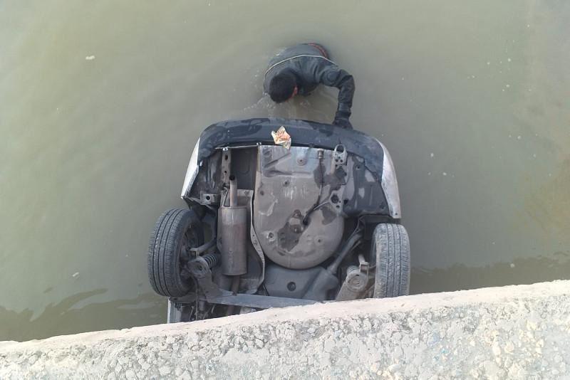 Қызылордада 5 адам мінген көлік каналға құлап кетті