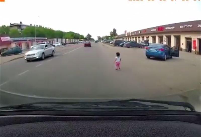 3-летний ребенок выпал из движущейся машины в Алматинской области