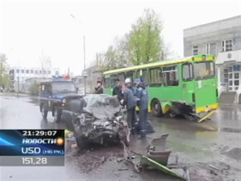 В Павлодаре погиб водитель – он протаранил пассажирский автобус