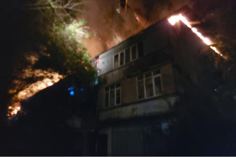 20 человек эвакуировали из горящего дома в Алматы