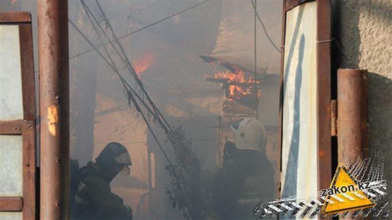 Пожар мог спровоцировать взрыв в Алматы