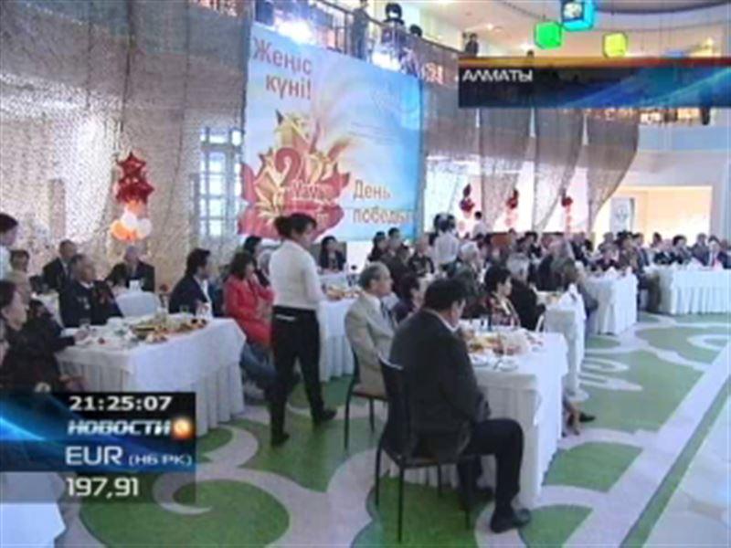 В Алматы ветеранов поздравили артисты
