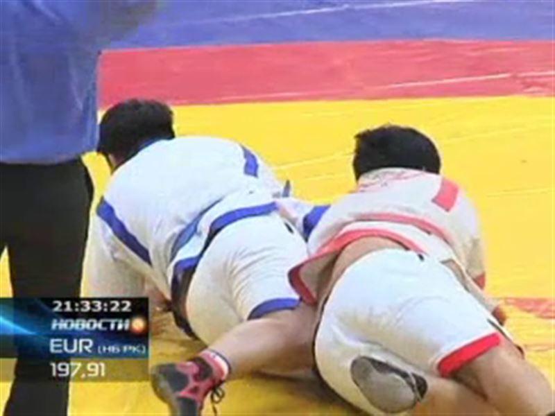 На отборочном туре «Казахстан Барысы» на ковре встретились учитель и его ученик