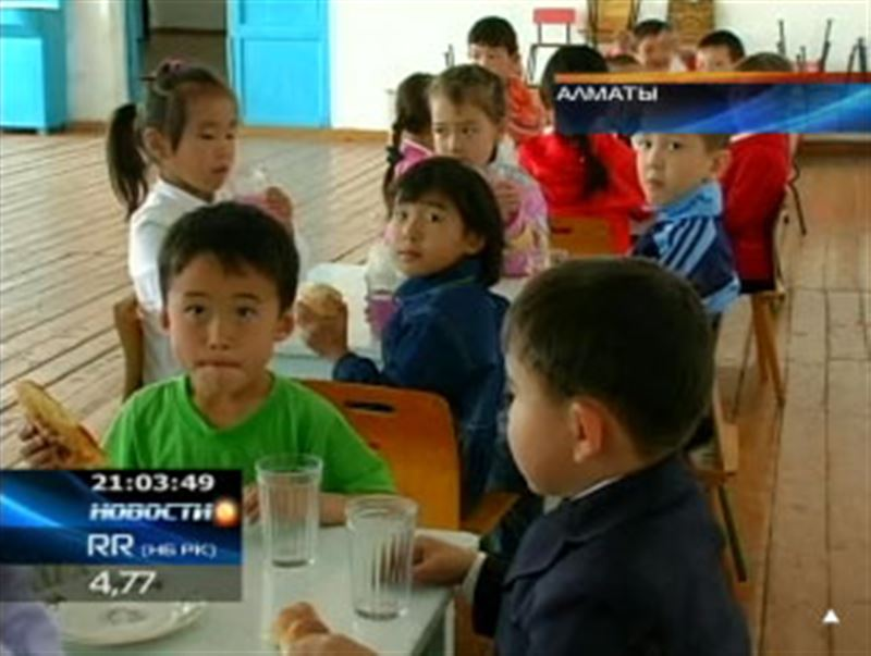 Вместо чая и кашки соки и киви: казахстанским школьникам предложили питаться по-новому
