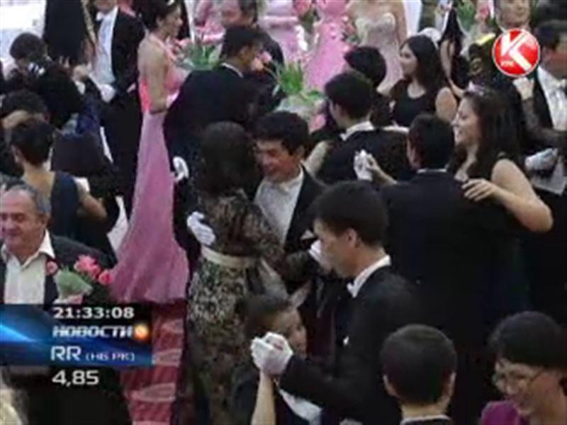 В ритме вальса среди цветов: в Алматы прошёл Бал тюльпанов