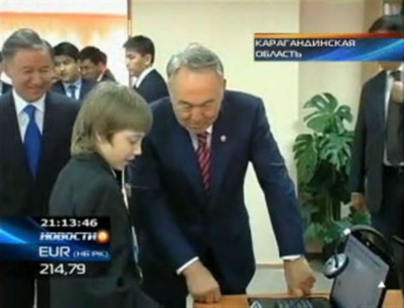 Президент Назарбаев получил сегодня в подарок горняцкое обмундирование