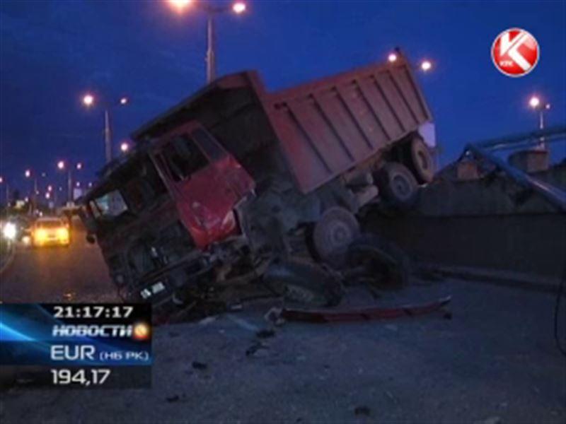 В Алматы многотонный грузовик рухнул с моста