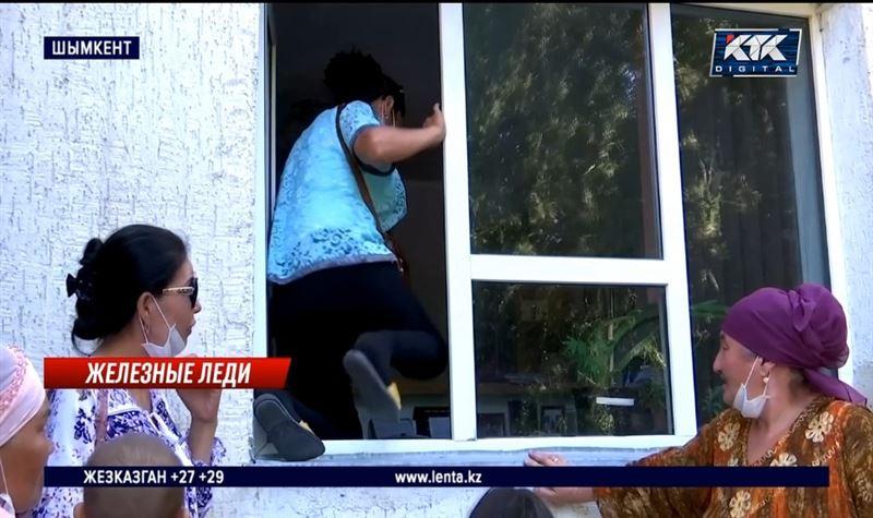 Железнодорожницы лезли в окна отделения КТЖ, чтобы встретиться с начальством