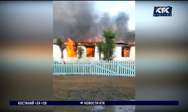 Сельский клуб сгорел после удара молнии