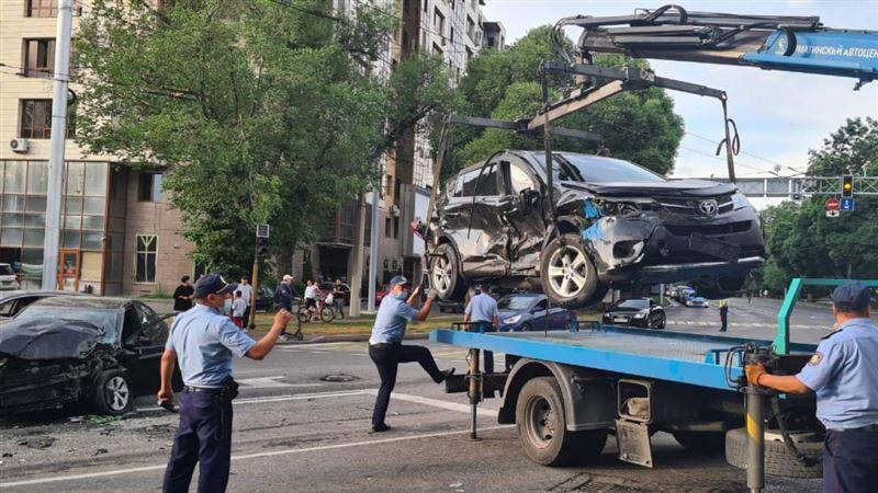 Пятерых госпитализировали: автобус и пять машин столкнулись в Алматы